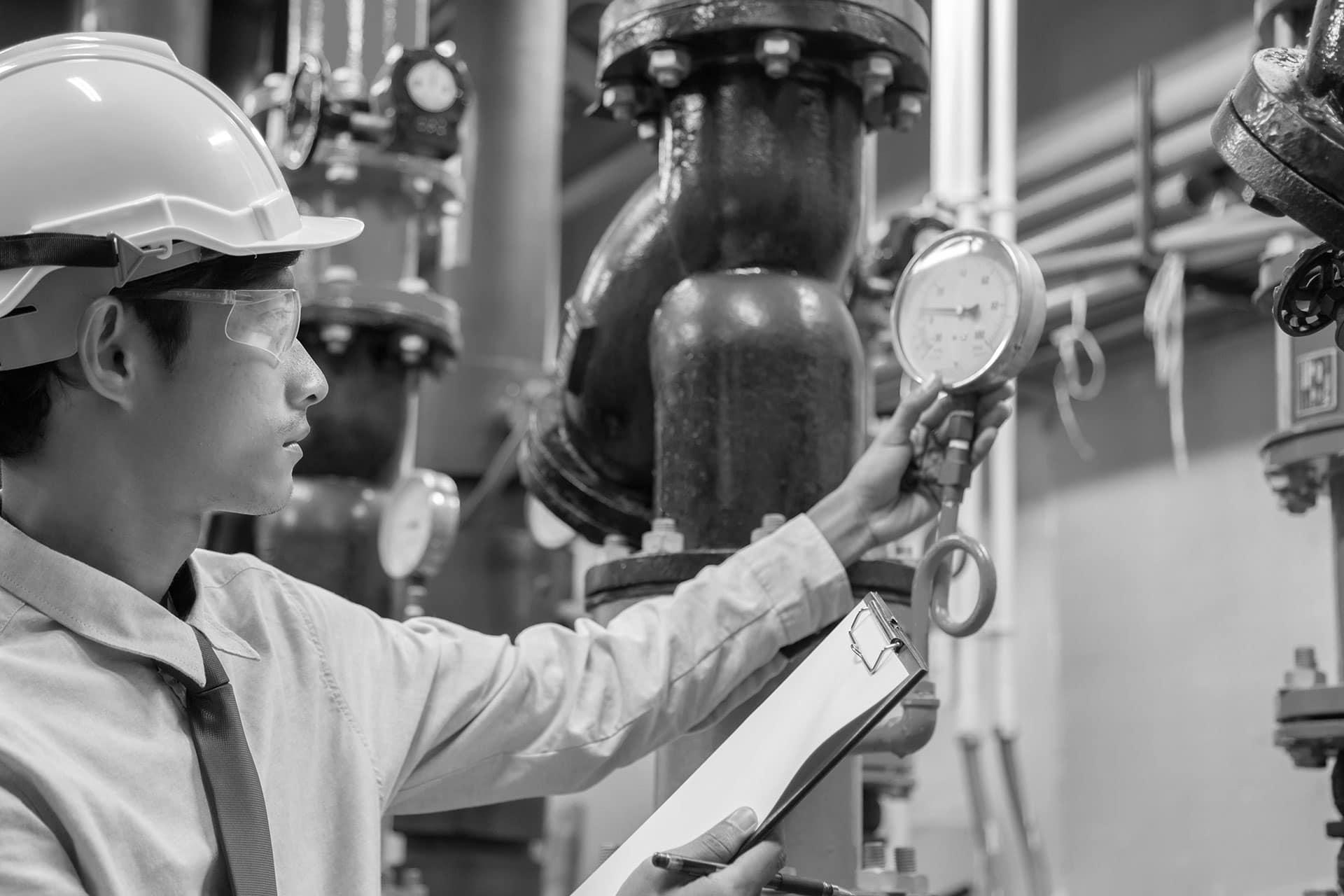 engineer-inspecteert-water-pomp
