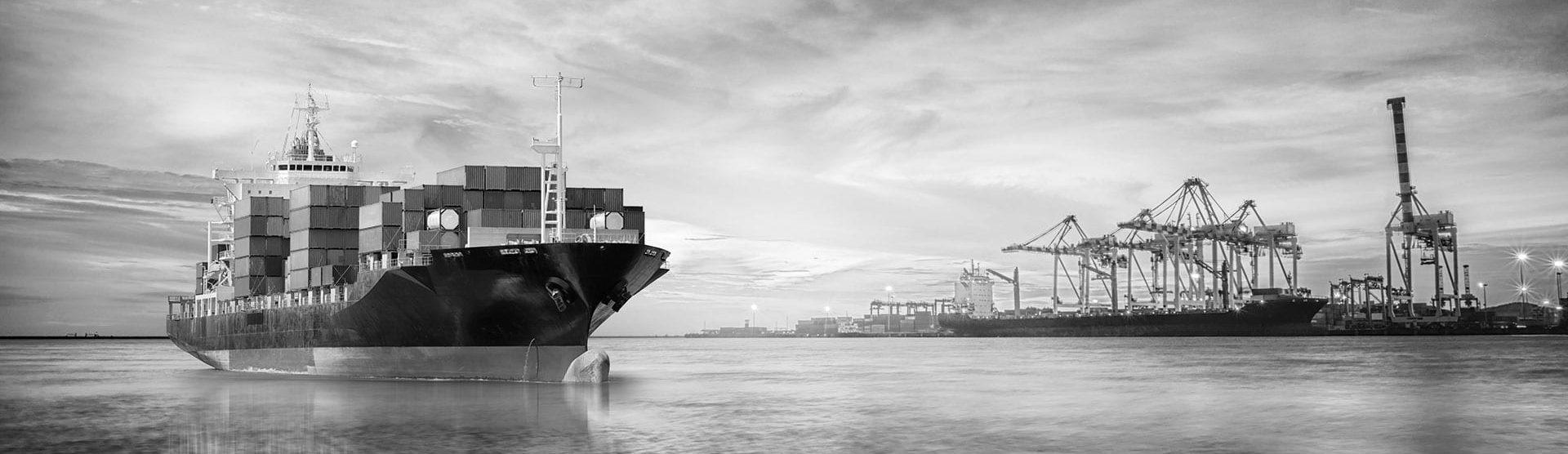 vrachtschip vaart haven in